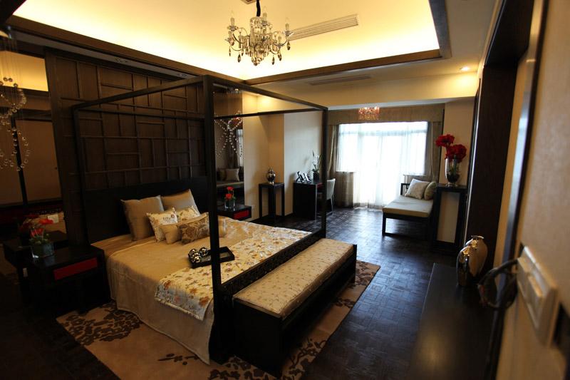 主卧室简洁大气,运用正面木质床头背景和大量深色木