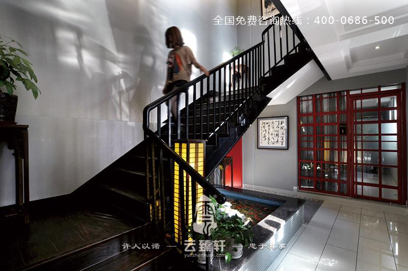 楼梯口处的设计则是运用了现代元素