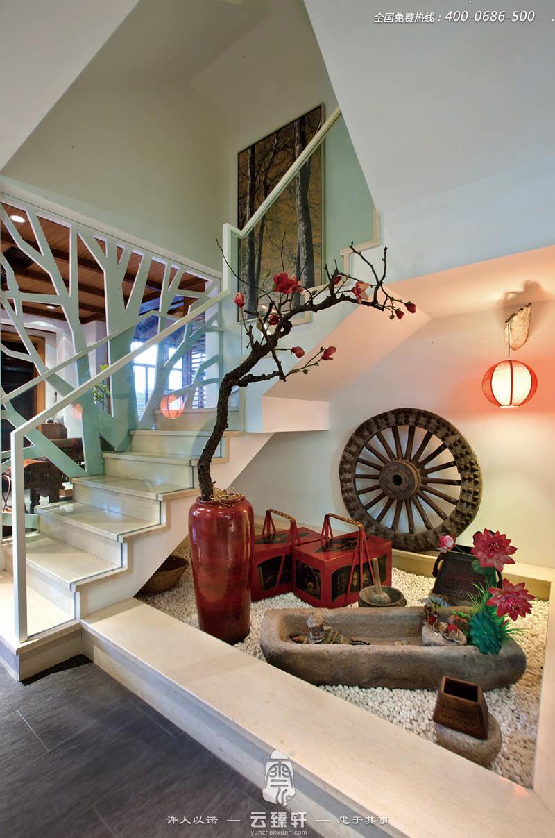 楼梯口处的扶手设计也是采用树木枝干分叉的造型进行