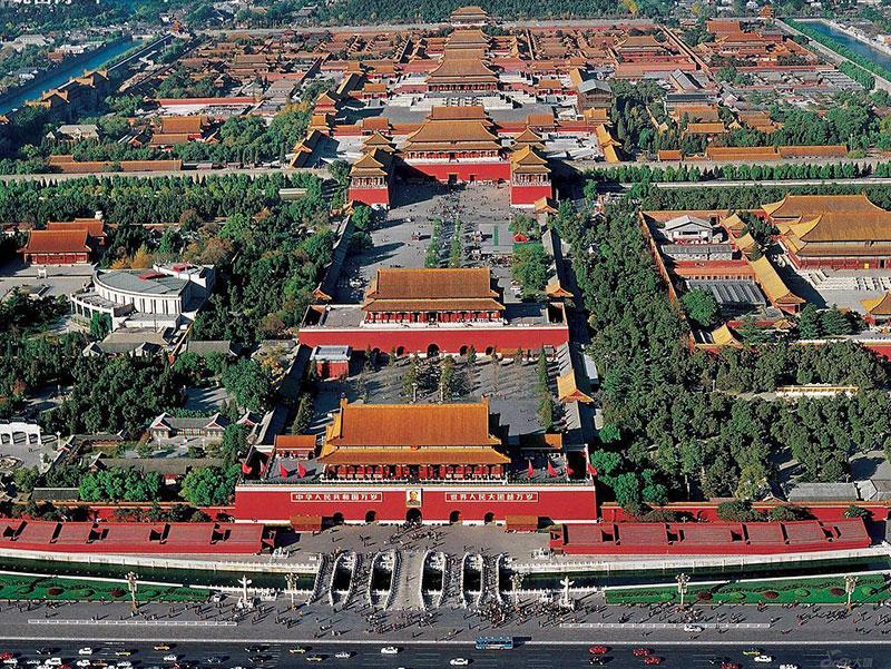 我们今天选择紫禁城作为范例来讲,原因是:紫禁城作为明清两代的皇宫,它集历代宫殿建筑之大成,是中国古代宫殿建筑的典范;紫禁城还是中国古代皇宫中式设计的唯一完整实例。 (一) 紫禁城在北京城的位置 紫禁城位于北京城的中轴线上。北京城的中轴线,以紫禁城为中心向南北延伸,南至北京外城永定门4,600米,北至钟楼北侧城墙3,000米(北京城的北城墙),构成了近8公里的南北中轴线。南半部从紫禁城的正南门午门向南经端门、天安门、外金水桥、千步廊、大明门(清代名大清门),至内城正南门--正阳门,形成了一条长1,500米的