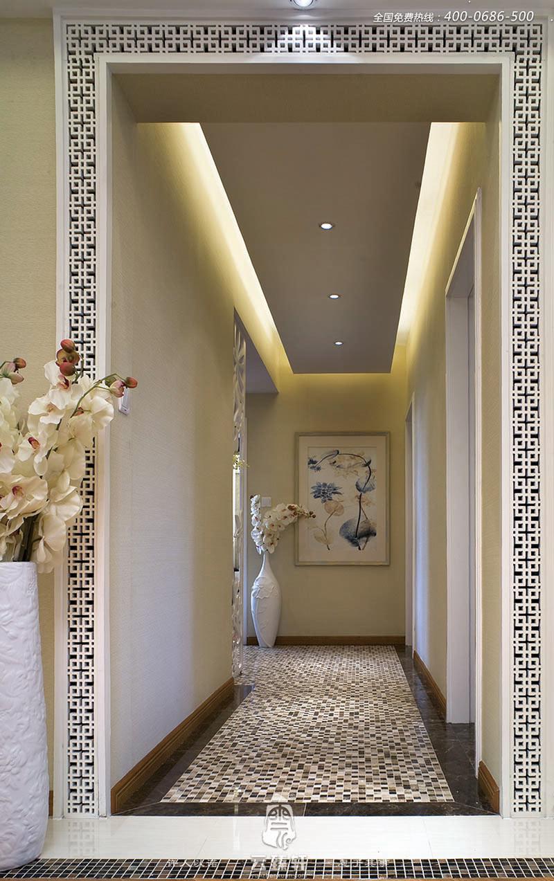 走廊两边用了中式花格边框