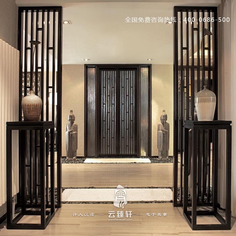 这个木质格栅的设计灵感来源于竹子,设计师借用竹节的形式,设计了这种木质格栅的样式。脚下的踏石配上青嫩的竹叶,带给人一种自然亲切、平静放松的感觉,悠闲,随意的生活意境尽在眼底,浓郁的东方禅意随之而来。 每一种材质、每一件摆件都在设计师的看似随意的安排下融入整个空间中。茶室榻榻米的装修形式更是带给人一种放松感和亲切感,一个小桌、两个草垫,便可轻松品茗、悠然对弈。