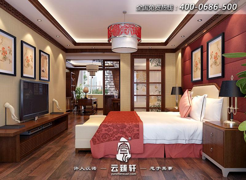 書房和臥室之間用以中式花格隔斷進行分割