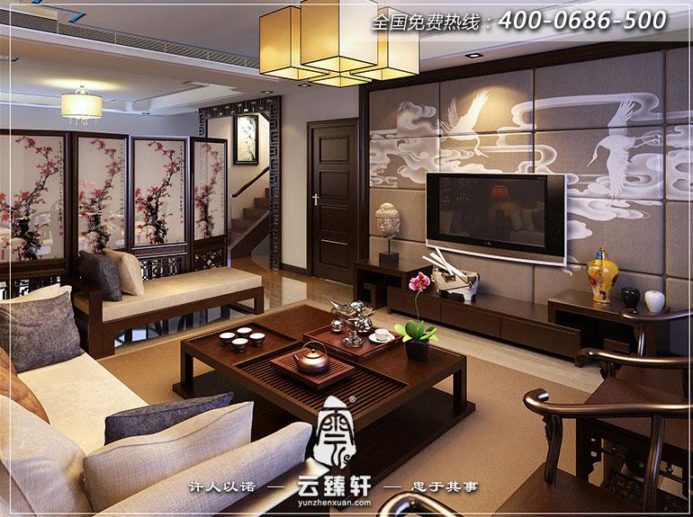 客厅背景墙的装饰则较为简约