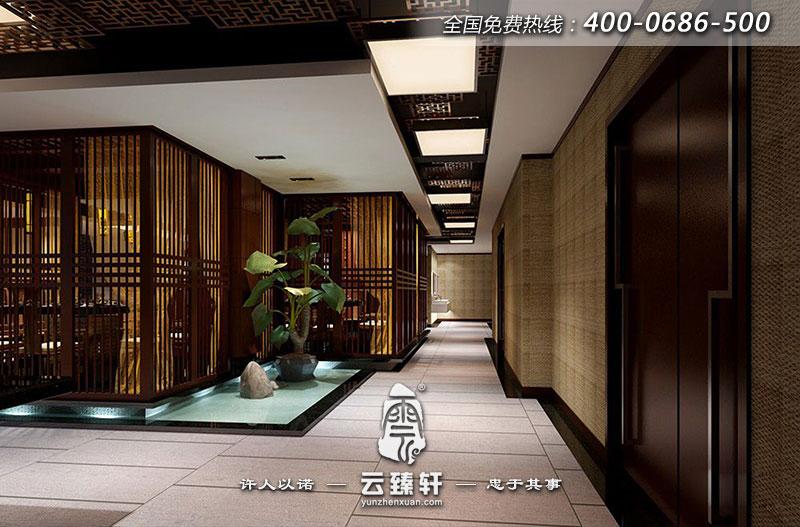 仿古吊顶和中式吊灯让人感受到一种江南小镇的清新自然,仿古的花格又让人看到精致细心的一面,整个饭店大厅弥漫出一种古色古香的韵味
