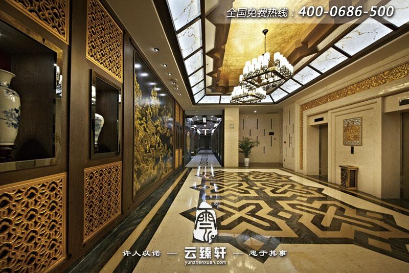 门廊各有一块传统文化内容的金漆木雕,传递着潮汕文化。右侧墙体采用定制的铝板网印的中国古代十大名画之一的《清明上河图》,外垂珠帘,传统文化因现代手法的塑造而增添了新鲜与话力 以上是北京中式设计公司为您整理的本年度最新的中式餐厅装修效果图,如果您最近有酒店餐厅想装修,可以在线联系我们的客服,我们会24小时为您服务,凭借多年的中式设计装修经验,我们会一定满足您对于装修的所有需求,真正做到让业主满意放心。