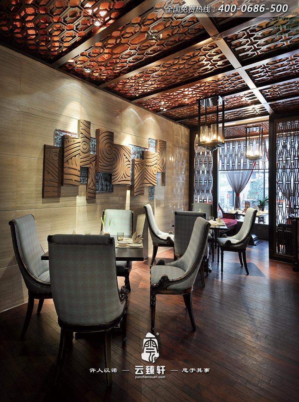 项目地点:成都 项目面积:2000平方米主要材 主要材料:黑木纹、绿玉、黄金洞石、爵士白、红洞石、樟木、白影木、黑钛金 南堂馆在清末民初时泛指高级的外送酒肆。本案主题元素定位于旧时送礼时所用的抬盒,运用不同材质、不同色彩及不同尺度来形成空间的主体造型。今天,北京云臻轩中式设计公司为大家展示最新的朴实中彰显高贵的中式餐厅装修效果图案例。