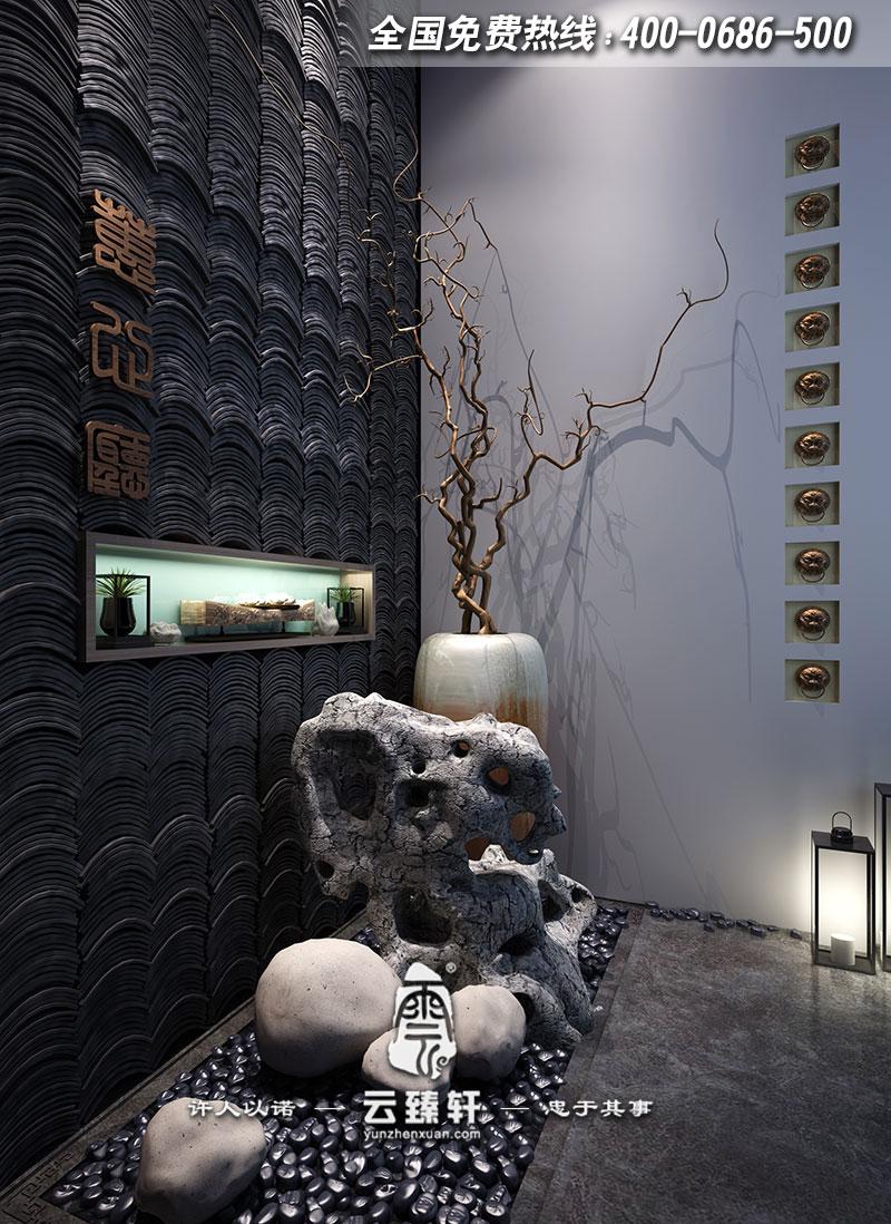 """本案新中式风格禅茶会所装修设计与传统的奢华风格不同,主要在低调的奢华中寻找独树一帜的禅茶创意主题,以""""青砖灰瓦""""题材贯穿其中,从而令人简单而轻松地享受新中式风格禅茶中的暇逸之乐。光线与方位的调整,让光源流动于格局精致的家饰之间,随着光线的流动,隐约显现的倒影更加形象、直白地烘托出光线下的主角——""""青砖灰瓦""""。"""