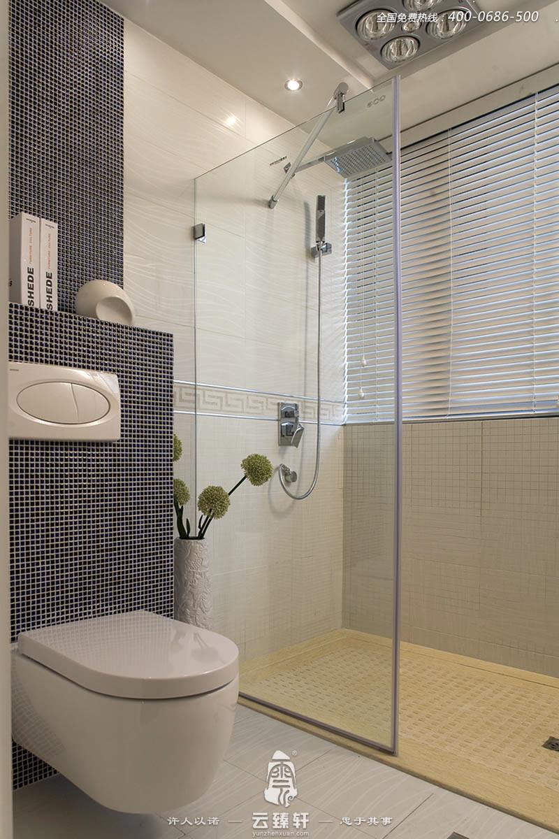 新中式装修风格是一种现代社会非常流行的一种装修风格。整个室内装修都会运用新中式元素,为室内空间增添古朴典雅、高端大气的氛围。那么新中式风格卫生间怎么装修?在卫生间装修中,中式风格的营造, 可以从设计、灯光、墙地砖的选择、以及洁具选择上着手。 一、新中式风格卫生间设计时,尽可能考虑利用具有新中式元素的材料。因为卫生间的面积一般较小,多数在4-5平方米,只有别墅类的能够达到10平方米左右。较小的面积难以像客厅、卧室那样设计一些现场制作的玄关等来实现。那么,要把握好材料应用是关键。 二、卫生间的材料主要是墙地砖